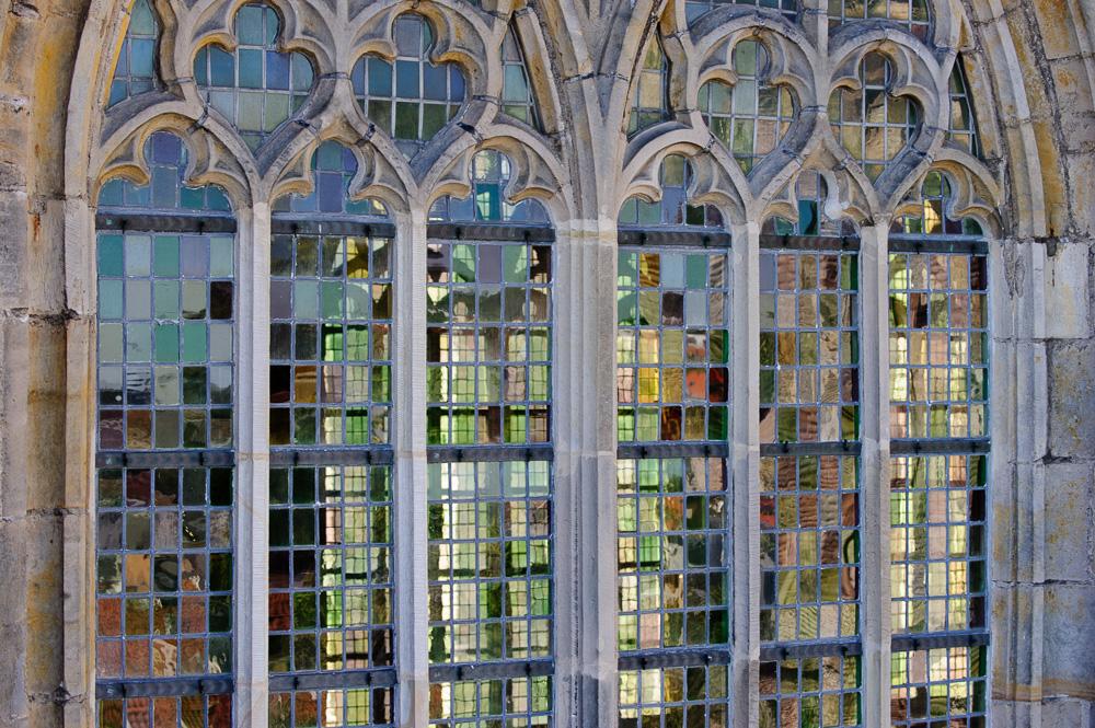 lichtval door het raam van de grote kerk alkmaar