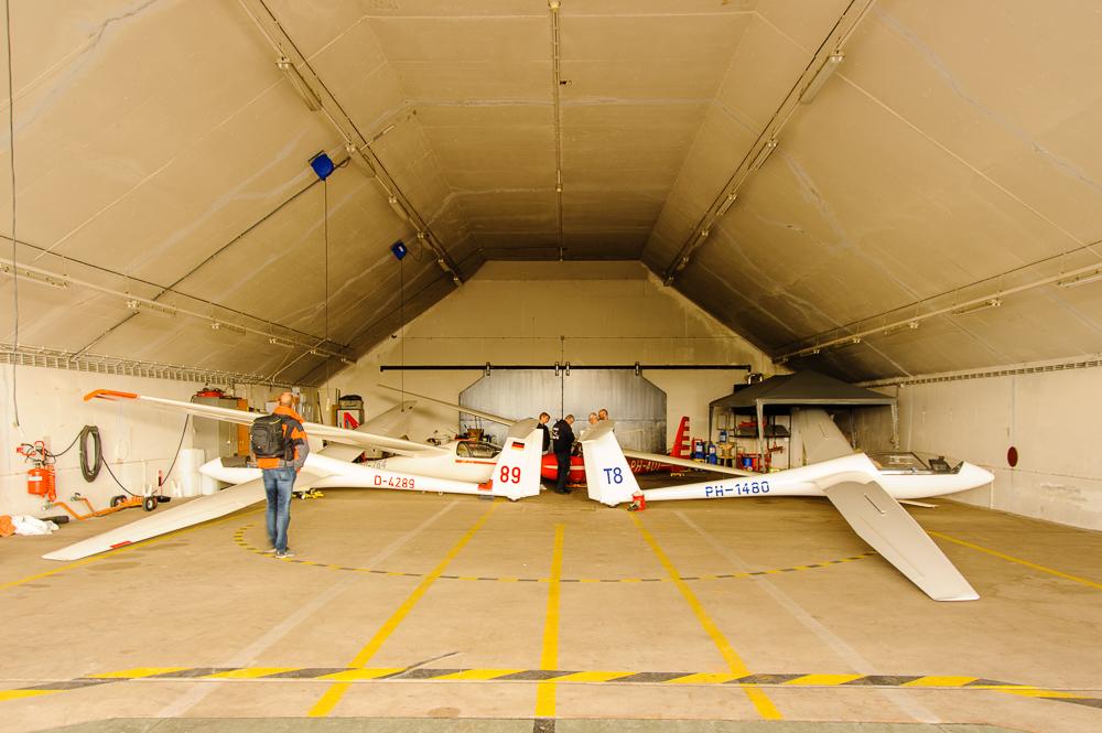 zweefvliegtoestellen in hangar.