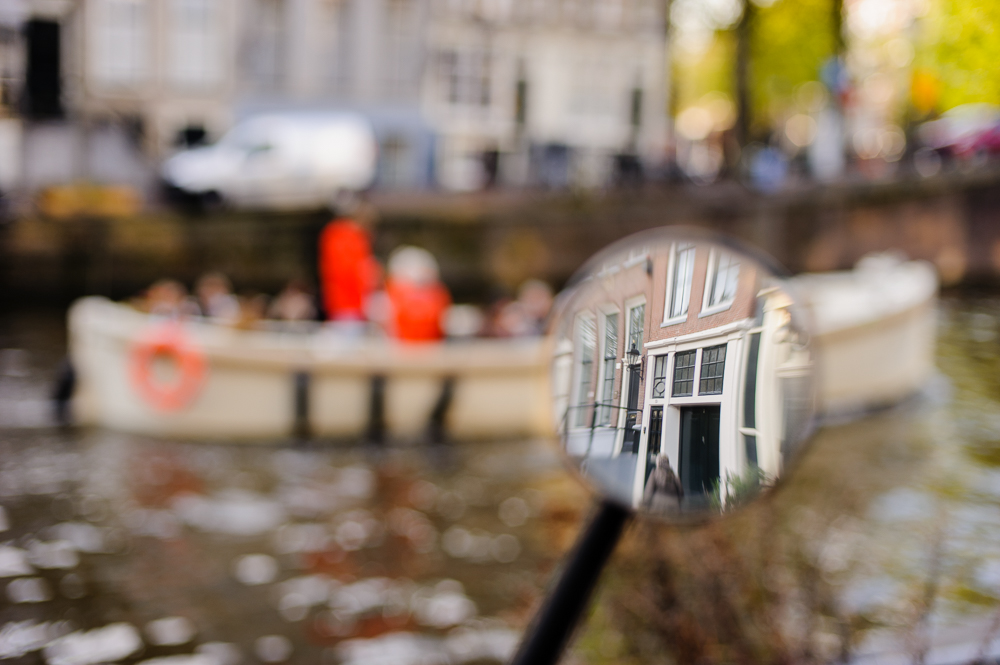 spiegelbeeld langs de gracht