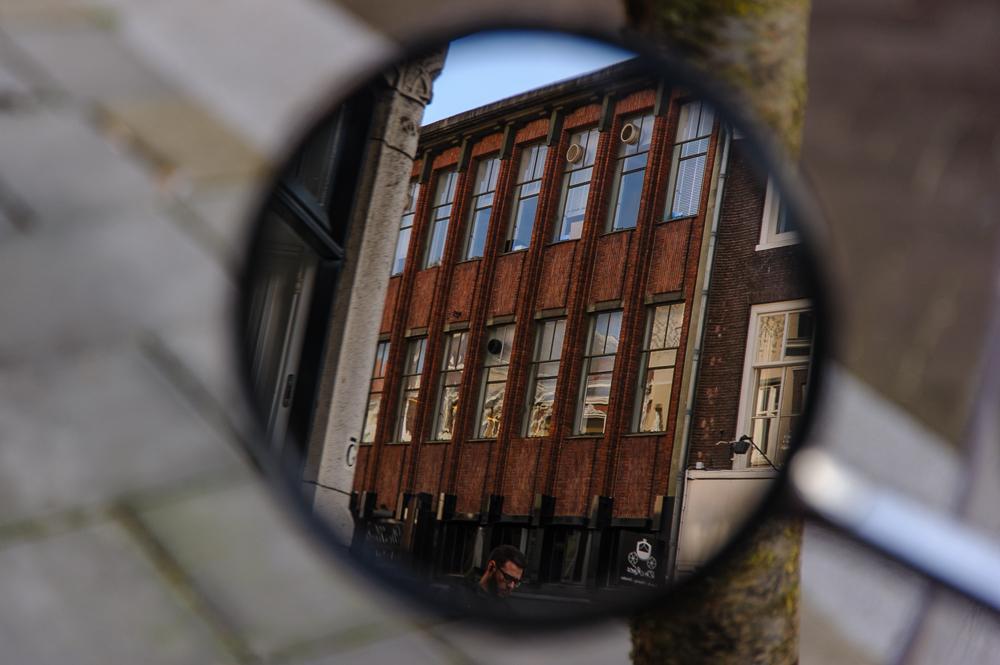 Haagse straat in spiegelbeeld