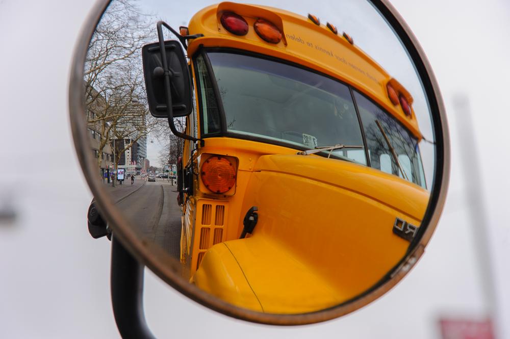 schoolbus in weerspiegeling.