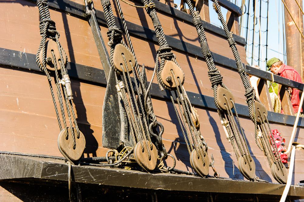 details van stagen voor de mast VOC schip De Halve Maen
