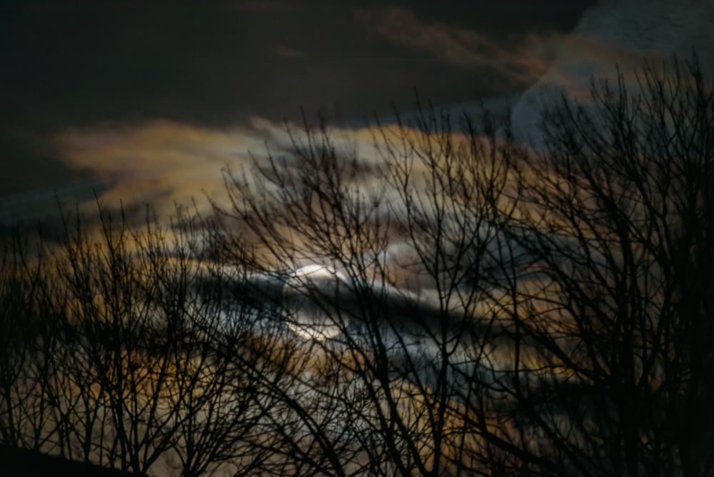 volle maan met wolkenfladen