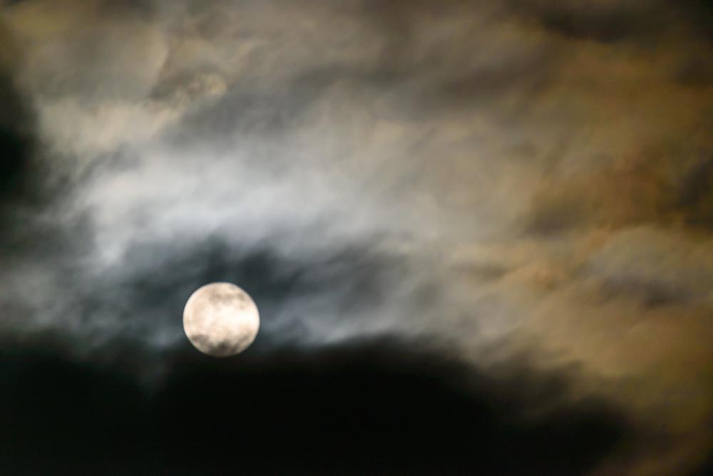 volle maan met wolken flarden