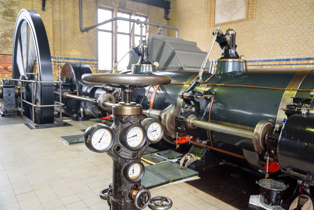 Ir. D.F. Woudagemaal hoofdstoomkraan met meters