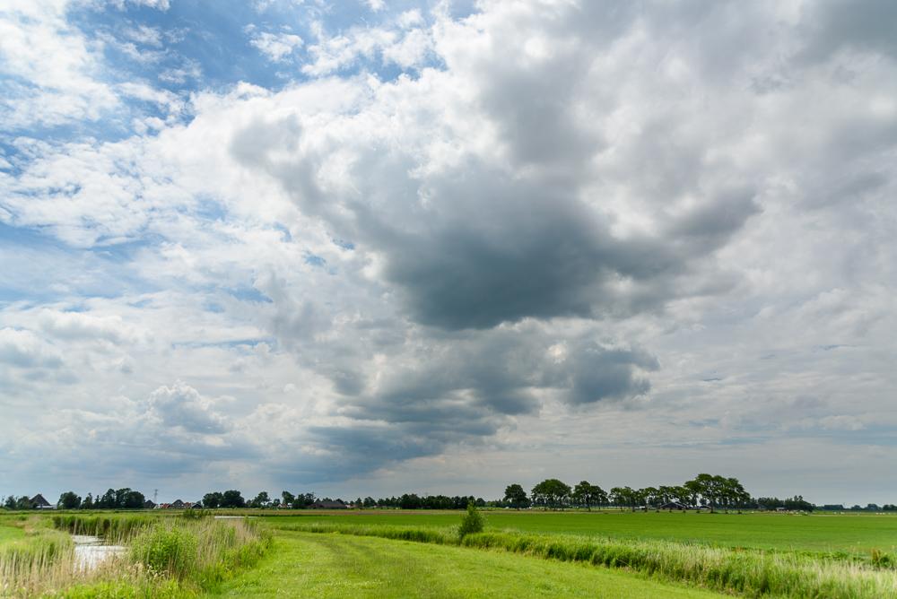 dreigende wolken boven het dijkje