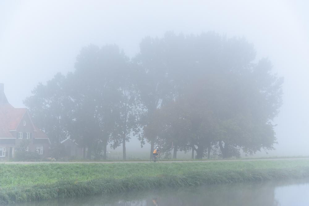 wielrenner in de nevel