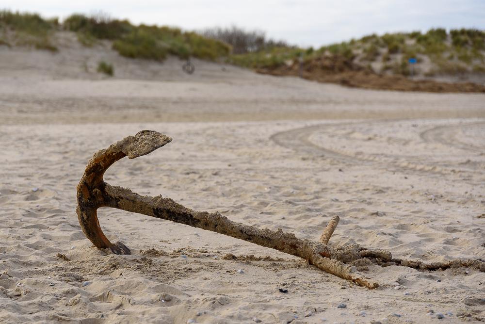 voor anker liggen op het strand