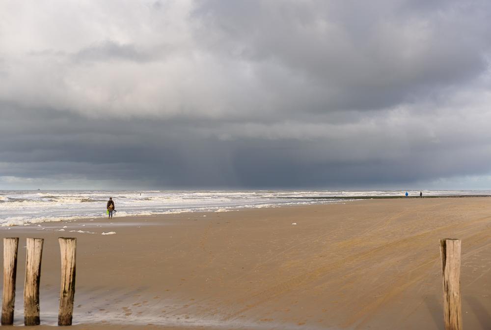 regenbui boven zee
