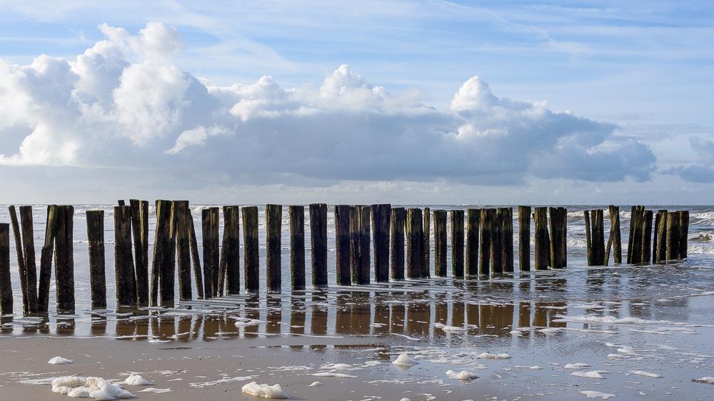 wolkenpartij boven het strand en zee
