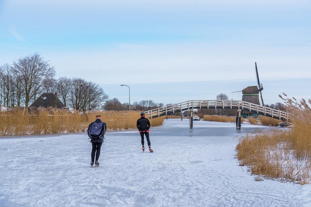 schaatsers op de ringvaart