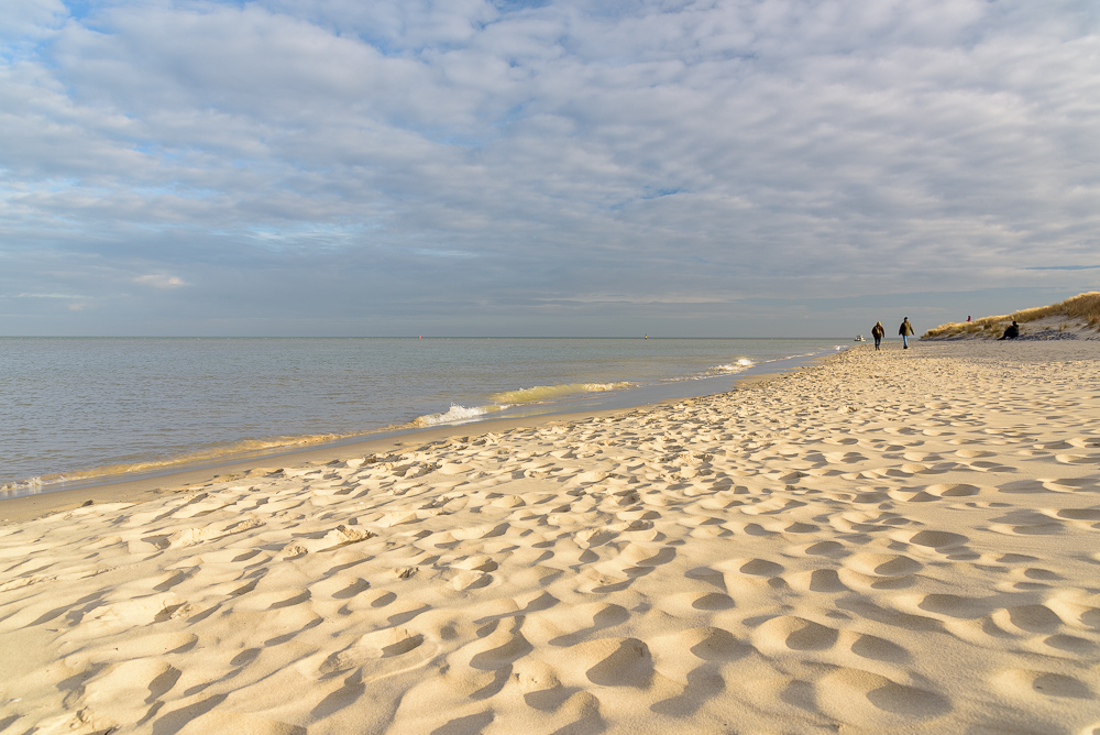 gouden zonlicht op strand en golven