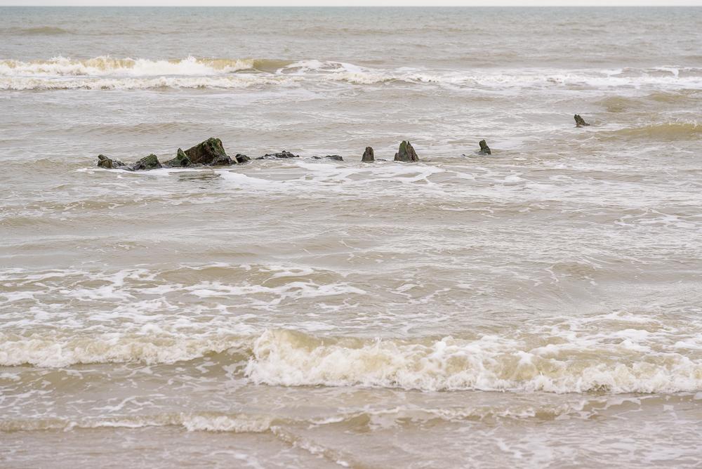 Wrak langs strand van Texel