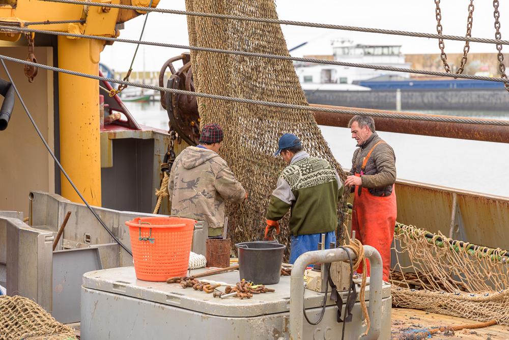 Netten controleren op vissersboot