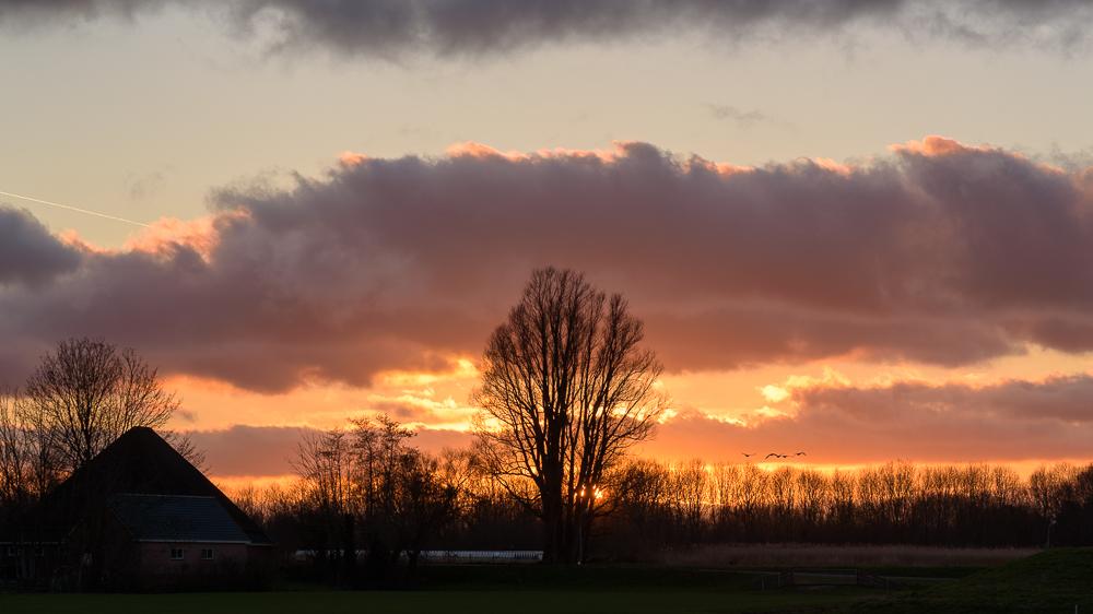 zonsondergang bij de dijk
