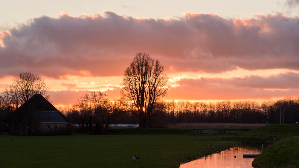 zonsondergang bij de ringdijk